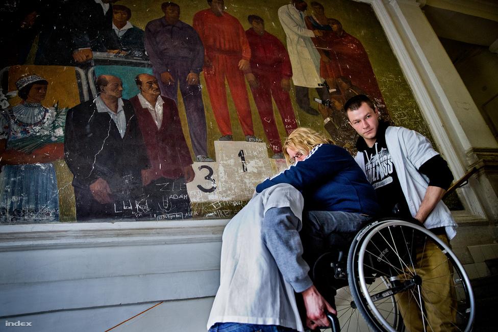 De a versenyzés szétvágott szegycsonttal, szívműtét után még nagyon távolinak tűnt, a rehabilitáció is hónapokba telt. A parasportolók kiemelt egészségügyi ellátást a Sportkórházban kaphatnak, kis magyar abszurd, hogy a komplexum nincs teljesen akadálymentesítve, így Dávid Krisztát is jó esetben két, rosszabb esetben csak egy beteghordó vitte fel és le negyven lépcsőfokot, mikor kezelésekre járt.