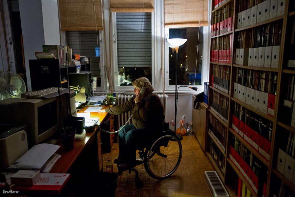 """A Tárki informatikusaként teljes munkaidőben dolgozik egy Budaörsi úti irodaház tizedik emeletén. A szocreál toronyház nem túl barátságos hely, ránézésre is az a fajta épület, amiben nyáron elviselhetetlen a hőség, télen pedig átjárja a rosszul szigetelt falakat a hideg. Az autópálya masszív monoton zajnyomását egy-egy vonatdudálás töri meg. """"A Sas-hegyre nyíló kilátás azért kárpótol valamennyire"""" – mondta Kriszta. A földszint és a tizedik emelet között ingázik, mert akadálymentesített mosdó csak lent van, és azt is miatta alakították ki. Kedveli a közeget, ahol dolgozik, a cége megértő, ha a versenyei miatt kell átszerveznie a munkarendjét. """"Odafigyel mindenki a másikra, hiába publikál valaki külföldi folyóiratokba, a karbantartóval is ugyanolyan szívélyesen elbeszélgetnek.""""                         A cég rugalmassága azonban még nem teremt optimális feltételeket. """"Ha egy húzós nap után még egy húzós edzés is jön, akkor estére már nem tudok kimondani egy összetett mondatot sem, annyira elfáradok. A nyugati versenytársaink mindig csodálkoznak azon, hogy mi dolgozunk. Ők általában elvannak az alap szociális juttatásokból is, de ha még a sportért is kapnak támogatást, akkor még kényelmesebb helyzetbe kerülnek."""" A parasportban itthon is működik a legjobbak ösztöndíjazása, de óriási összegekkel senki nem számolhat. Van remény, hogy többet kapjanak, de akkor is csak az olimpiai jutalmak felére jogosultak a sikeres paralimpikonok. A parasport nem csak Magyarországon keresi a helyét és az elismertségét, országonként is nagyon eltérő a megítélése. A sportnemzet imázsra hajtó Azerbajdzsánban óriási támogatásokat és jutalmakat kapnak a paralimpikonok is, néhány arab országban, például Tunéziában is sokat áldoznak a parasportra, Európából pedig a britek hozhatók fel legjobb példaként. Úgy tűnt, hogy éppen a 2012-es londoni paralimpia hozta meg az áttörést, szinte kivétel nélkül telt házzal mentek a versenyek, korábban soha nem látott érdeklődés volt tapasztalható. De úgy tűnik,"""
