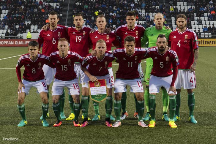 A magyar válogatott játékosai a 2018-as, oroszországi labdarúgó-világbajnokság B selejtezőcsoportjában játszott Feröer-Magyarország mérkőzés előtt a tórshavni Nemzeti Stadionban 2016. szeptember 6-án