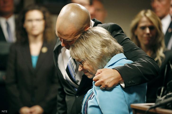 Petti Wetterlinget, Jacob édesanyját vigasztalja a másik fia, Trevor a bíróságon.