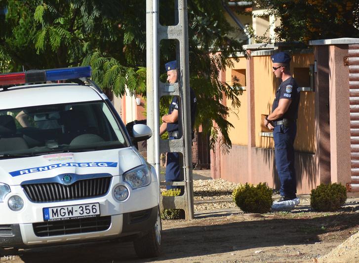 Rendőrök helyszínelnek Nyíregyházán 2016. augusztus 31-én a Friss utcában egy családi háznál ahol egy ismeretlen férfi rálőtt egy házaspárra. A 40 éves nő meghalt a 49 éves férfit életveszélyes sebesüléssel vitték kórházba.