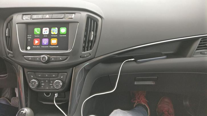 A fedélzeti rendszernek nincs saját navigációja, az Apple CarPlay és az Android Auto rendszereket tudja megjeleníteni, tehát muszáj rákötni egy okostelefont, hogy minden szolgáltatás flottul működjön. Ezen a képen az Apple CarPlay látható