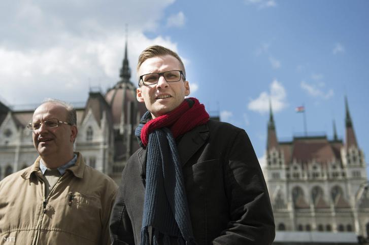Pilz Olivér és Pukli István a Parlament előtt, a Tanítanék! Mozgalom 2016. márciusi demonstrációján