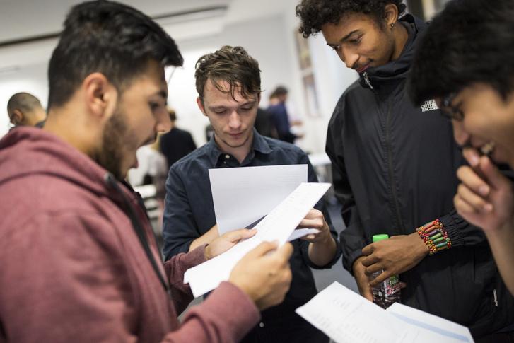 A londoni Stoke Newington Középiskola diákjai olvassák egyetemi felvételi eredményeiket 2016. augusztus 18-án.
