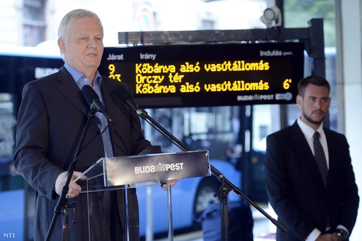 Tarlós István főpolgármester a Futár forgalomirányítási és utastájékoztatási rendszer kiépítésének befejezése alkalmából tartott sajtótájékoztatón a Budapesti Közlekedési Központ fővárosi diszpécserközpontja előtt 2014. október 1-jén.