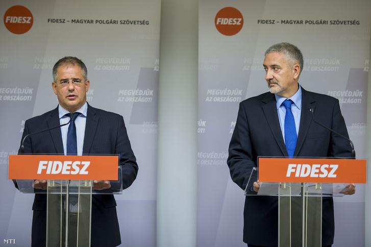 Kósa Lajos a Fidesz frakcióvezetője (b) és Halász János a Fidesz frakcióvezető-helyettese a frakció szóvivője sajtótájékoztatót tart a Fidesz-KDNP kihelyezett évadnyitó frakcióülésének kezdete előtt Balatonfüreden 2016. szeptember 7-én.