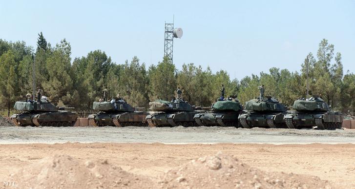 A török hadsereg páncélozott harci jármûvei állomásoznak az Eufráteszi Pajzs fedõnevû hadmûvelet során a török-szíriai határ török oldalán Karkamisnál.
