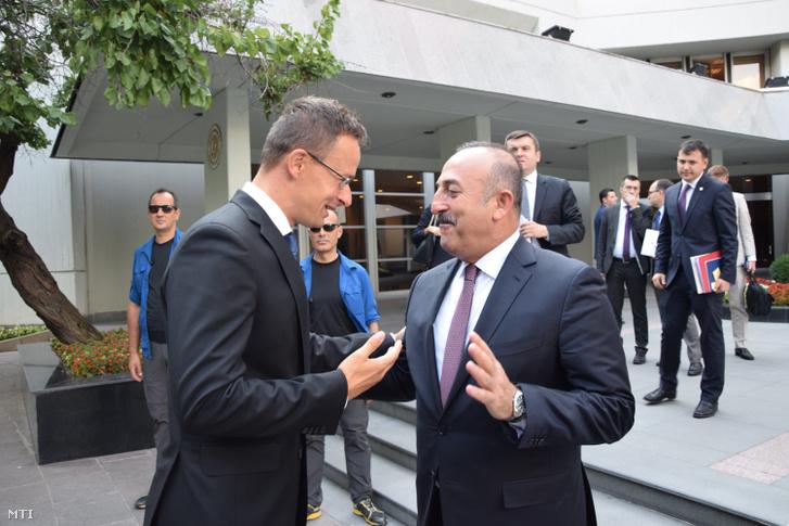 Mevlüt Cavusoglu török külügyminiszter (j) fogadja Szijjártó Péter külgazdasági és külügyminisztert Ankarában 2016. augusztus 23-án