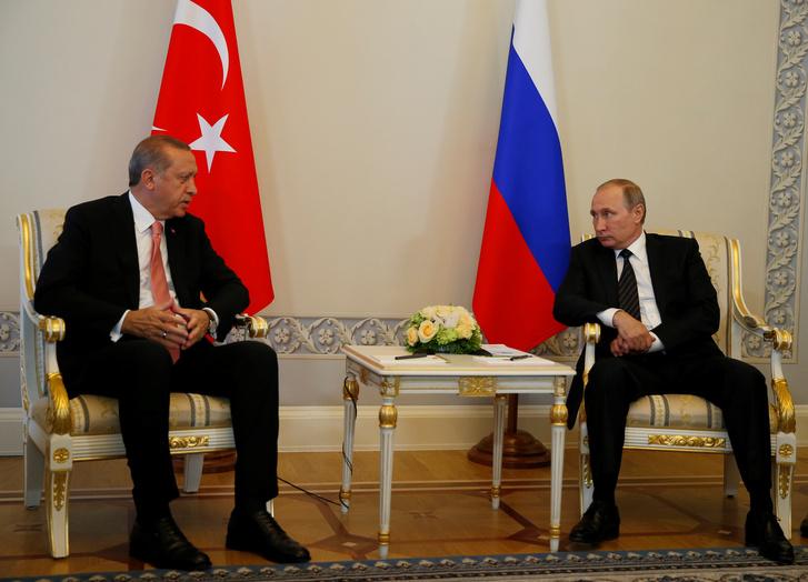 Vlagyimir Putyin orosz elnök (j) és Recep Tayyip Erdoğan török elnök sajtóértekezletet tart a szentpétervári Konsztantyinovszkij-palotában folytatott megbeszélése után, 2016. augusztus 9-én