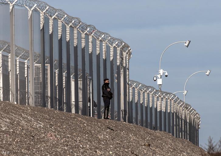 A franciák kerítést emeltek, a britek falat akarnak