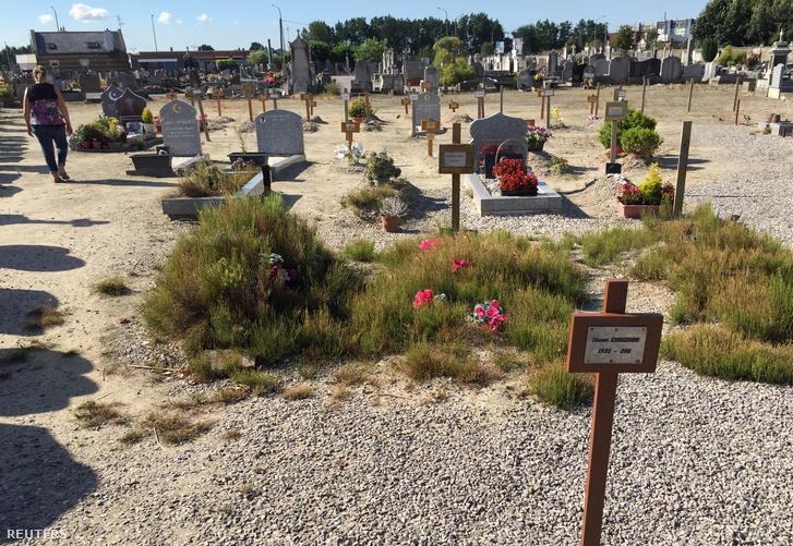 Azoknak a menekülteknek a sírjai, akik az alagútban haltak meg