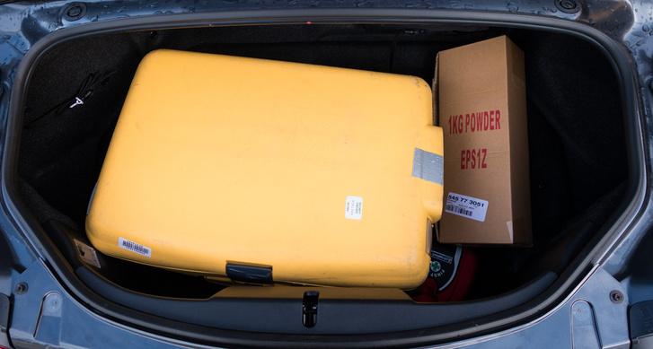 Csomagtartó :D. A kartondobozban az Izlandon minden autóban kötelező tűzoltó készülék.