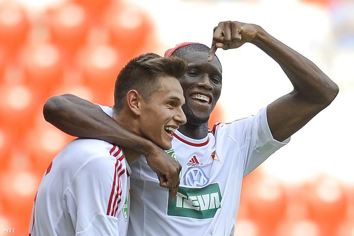 A debreceni Balogh Norbert és Ibrahima Sidibe gólöröme a labdarúgó Európa Liga-selejtezőjének második fordulójában játszott Debreceni VSC - Skonto FC visszavágó mérkőzésen a debreceni Nagyerdei Stadionban 2015. július 23-án.