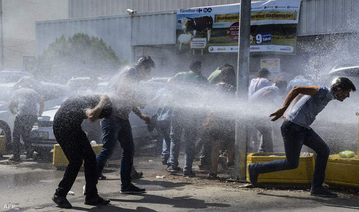Rohamrendőrök vízágyúkat vetnek be a tüntetők ellen a tömeges felfüggesztés ellen szervezett tiltakozáson, Diyarbakir városban, 2016. szeptember 9-én.