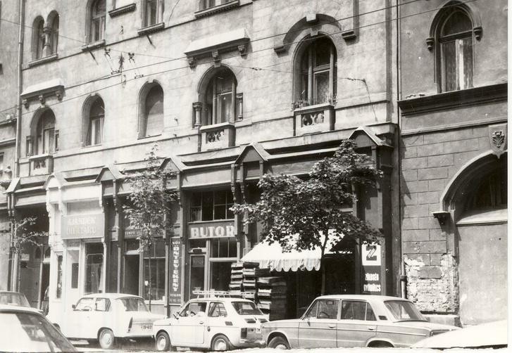 A 60-as, 70-es évekre sokat vesztettek szépségükből a portálok, de még virágzottak a kis üzletek