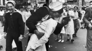 Meghalt a nő, akit 1945-ben csókolt meg a matróz a Times Square-en