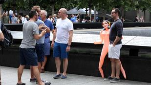 Guminővel legénybúcsúztak a 9/11 emlékművénél
