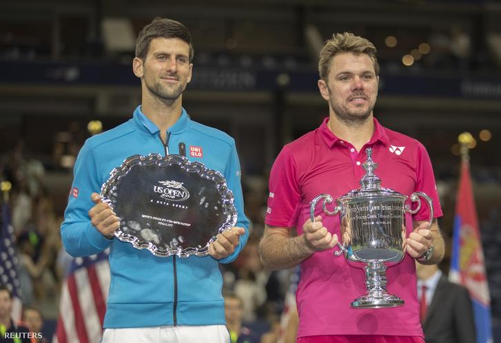 Novak Djokovics és Stan Wawrinka a US Open döntőjét követően a trófeákkal, USTA Billie Jean King Nemzeti Teniszközpontban, 2016. szeptember 11-én.