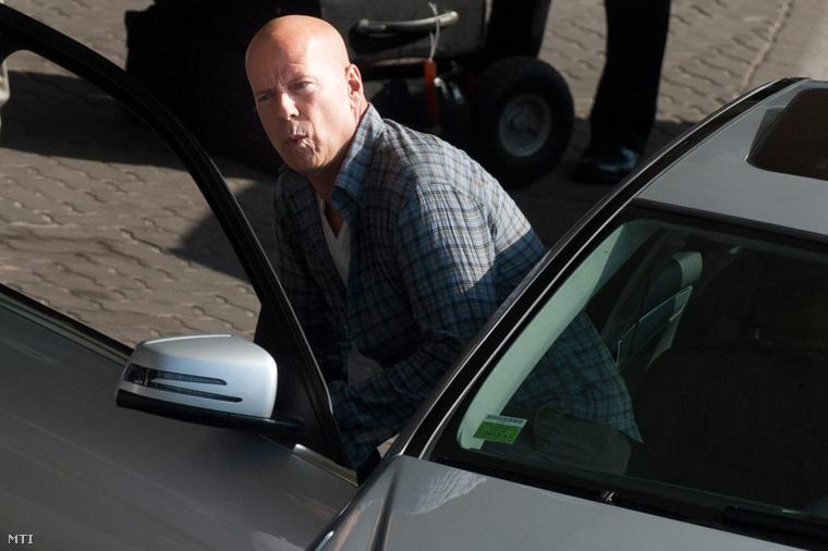 Budapest 2012. augusztus 6. A John McClane szerepét alakító Bruce Willis amerikai színész játszik egy jelenetben a Good Day to Die Hard című film forgatásán a Liszt Ferenc-repülőtér érkezési oldalán 2012. augusztus 6-án.