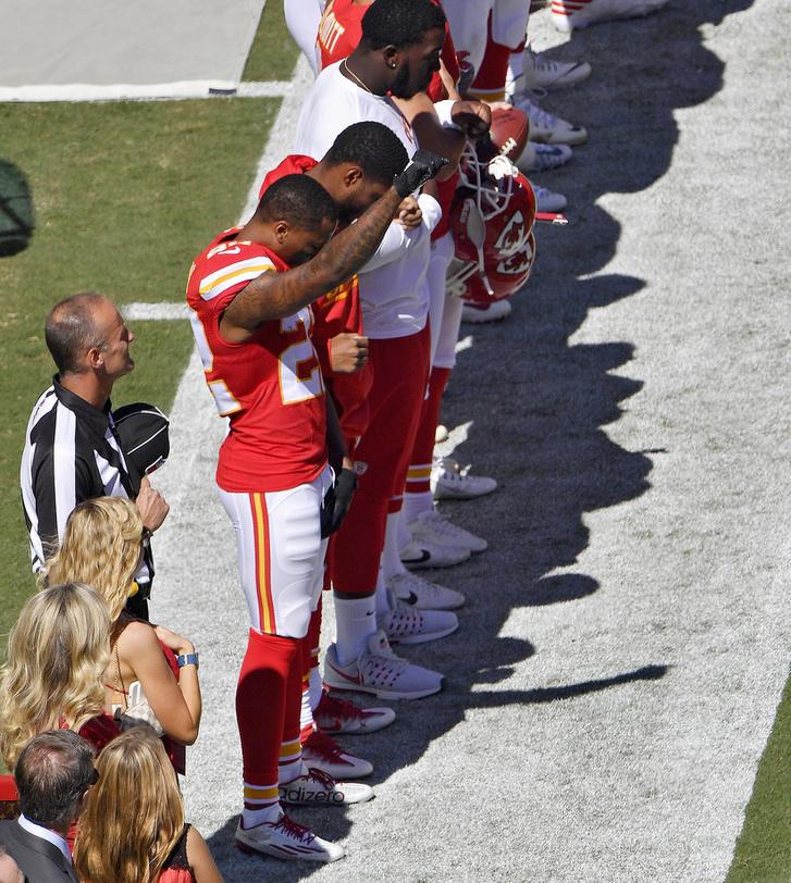 A himnusz alatt égbe emelt ököllel tiltakozó Marcus Peters