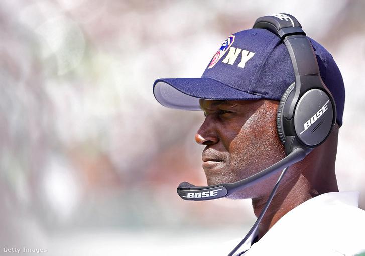 Todd Bowles, a Jets vezetőedzője egy FNDY-os sapkában az NFL-szezonnyitón