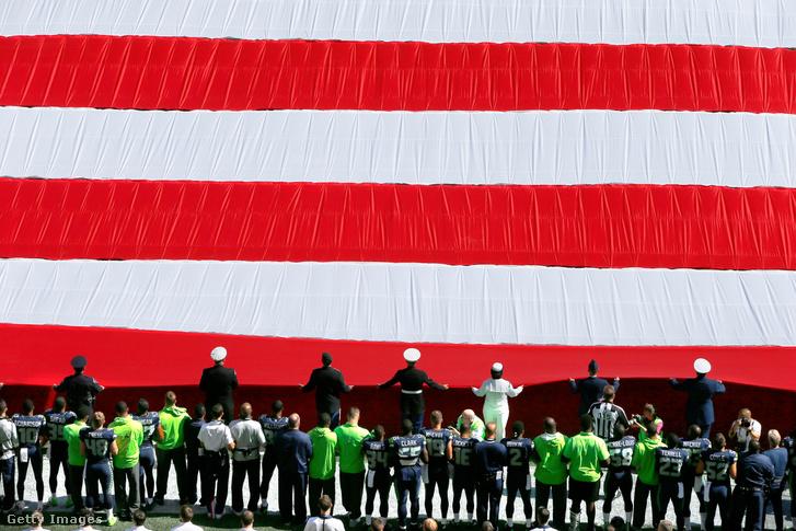 Egységesen, összekulcsolt karokkal állta végig a Seattle Seahawks a himnuszt