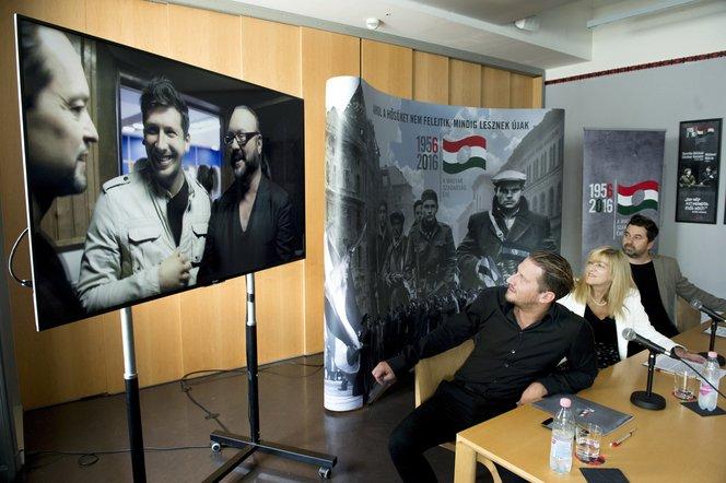 Vastag Csaba énekes-producer, Schmidt Mária kormánybiztos és Szabó Zoltán zenei asszisztens az Egy szabad országért videoklipjének bemutatóján