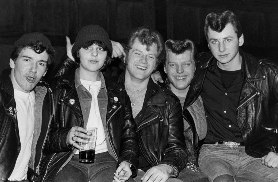 """""""Egy este a tedekkel általában jó móka volt – néha volt egy kis erőszak, máskor némi hányás a szőnyegen, de alapjában véve egy rock'n'roll buli"""" – foglalta össze tapasztalatait Chris Steele-Perkins, aki 1976-ban kezdte fotózni a teddy boyokat, és azóta is a szubkultúra legfőbb krónikása. Bár a hetvenes években a tedek még nagyon is jelen voltak a londoni utcákon: a 14 éves Gideon Sams 1977-ben írta meg a Rómeó és Júlia punk-ted verzióját, mely iskolai dolgozatnak indult, de bestseller lett belőle, és abban az évben egymást érték a balhék a punkok és a teddy boyok/girlök között, mint ahogy az egész brit társadalmat is a mainál sokkal jobban áthatotta az erőszak. Az ellentét aztán szép lassan lecsillapodott, és a tedek elfoglalták azt a helyet, ahol ma is vannak: a nosztalgiára építő, egyre inkább kuriózumnak ható szubkultúrák egyikeként."""
