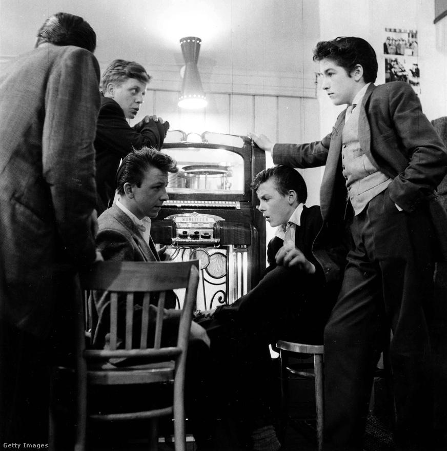 Bill Haley és a rock and roll csak 1955 végén hódította meg Nagy-Britanniát, ez a kép pedig a wurlitzer köré csoportosuló tedekről kicsivel korábbi. Mivel a teljes teddy boy szettet nem mindenki engedhette meg magának, sokan csak egy-egy elemét vették át: például a rikító színű zoknit, aztán a vastag gumitalpú, antilopbőr brothel-creeper cipőt, amely könnyebben beszerezhető volt, mint egy Edward korabeli hosszú zakó és a szűk nadrág. A rock and roll betörése előtt a teddy boyok leginkább trad jazzt hallgattak, a velük társított sláger pedig egy Ken Mackintosh nevű szaxofonos The Creep című száma volt, és az arról elnevezett creep tánc miatt creepersnek is hívták őket egy időben.