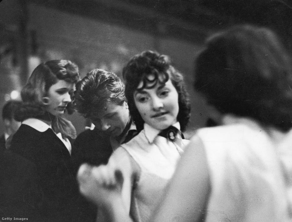 """Bár a hangsúly akkoriban a fiúkon volt, ez nem jelenti azt, hogy ne lettek volna teddy girlök is, sőt. A balhékban lehet, hogy nem vettek részt, de nekik is megvolt a saját stílusuk, mely néha annyira rímelt a fiúkéra (gyakran kacsafarok-frizurával és egygombos zakóval), hogy forradalmian androgünnek tűnhetett. A későbbi neves filmrendező, Ken Russell egyébként 1955-ben fotósorozatot is készített a teddy girlökről, és ő nem a csőcseléket látta bennük. """"Ezek a fiatalok leginkább ártatlannak tűntek. Ők jó heccnek gondolták a ruháikat, és én is"""" – mondta később."""