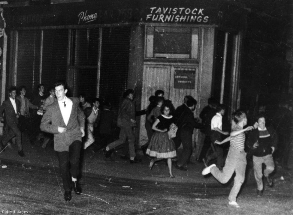 A teddy boyokkal összefüggésbe hozott bűncselekményeket a brit tabloid újságok előszeretettel nagyították fel, de a Notting Hill-i faji zavargás tényleg csúnya történet volt. Pedig a mozgalomnak semmilyen politikai éle nem volt, ám itt a Sir Oswald Mosley vezette fasiszta mozgalom sikerrel korbácsolta fel az indulatokat az akkoriban nagy számban érkező karibi bevándorlók ellen. 1958 augusztusában a londoni Notting Hill városrészben pogromokig és tömegverekedésekig fajult a helyzet, melyben a teddy boyok vitték a prímet, és a rendőrségnek napokba telt, mire helyre tudta állítani a rendet. A hatóságok végül szigorú börtönbüntetésekkel próbálták elejét venni a hasonló történeteknek, az események pedig hozzájárultak a teddy boy mozgalom népszerűségének amúgy is tapasztalható hanyatlásához.
