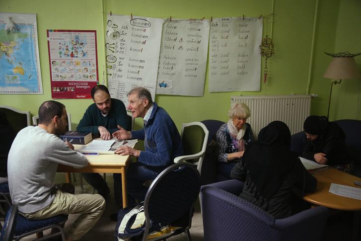 Önkéntes segítők tanítanak németet menekülteknek Berlinben