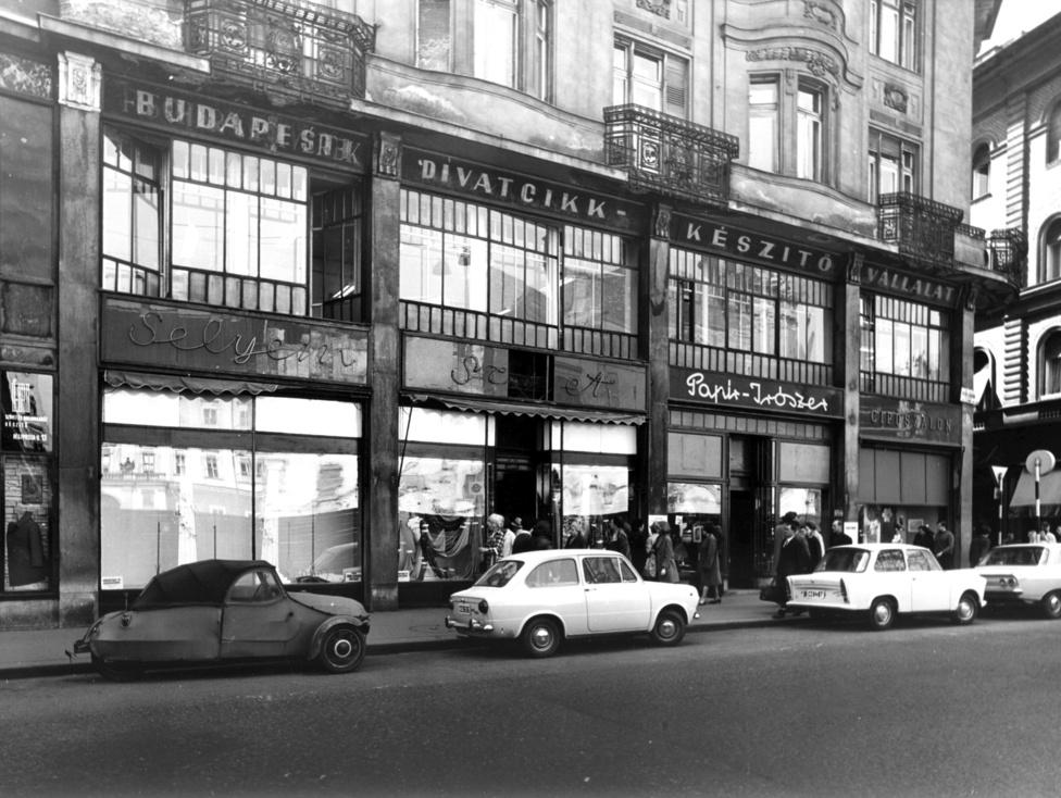 Az üzletekből, amiket a 70-es években készült képeken látni, nagyon kevés maradt meg. A Röltex helyén bankfiók, a Grácia Ruhaház helyén butik, a Budapesti Divatcikk Készítő Vállalat kirendeltségének helyén pedig szír étterem van. A Rózsavölgyi Zeneműbölt viszont már több mint száz éve ott áll a Szervita téren. Igaz, az üzletet 49-ben államosították, 1951-től pedig az Állami Könyvterjesztő Vállalat üzemeltetésében működött, de így is a kották és zenei könyvek egyik legfontosabb forrása maradt az országban. 1975-re a Rózsavölgyi Európa 10 legnagyobb zeneműboltjáak az egyike volt, amelyen ekkor már öt éve hanglemezeket is lehetett kapni.