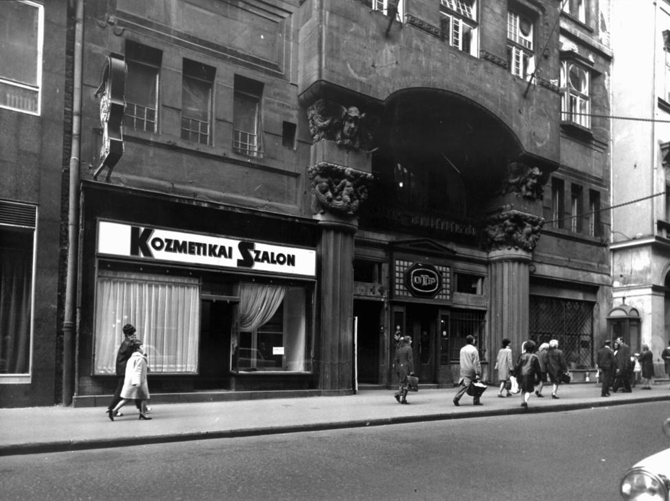 Ahogy ma is, Budapest a 60-as 70-es években is prioritást élvezett, már ami a shoppingolást illeti, bár ez ma inkább a piac eloszlása miatt, akkor pedig amiatt, hogy a tervgazdaságosított kereskedelmi rendszer a fővárosnak tartogatta a legjobb termékeket, így aki csak tehette, az időnként Budapestre jött vásárolni. Az ország bevásárló utcája akkor a Rákóczi Út volt, amely mentén 5-6nagyobb áruházban válogathattak az elvtársak. Az igazi minőség viszont a belvárosban várta azt, aki meg tudta fizetni: Magyarországon pedig nem lehetett annál felsőbb kategóriás termékeket találni, mint a Váci utca és a Petőfi Sándor utca szalonjaiban és butikjaiban. Aki ennél magasabb minőséget akart, annak már legalább Bécsig kellett elmennie.