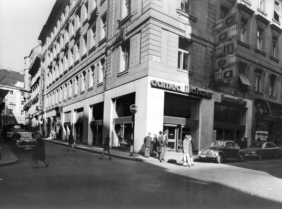 A Petőfi Sándor utca persze nemcsak ruhában adta a legjobbat, ami a gulyáskommunizmusban elérhető: Itt kapott mintaboltot a Camea kozmetikum márka, ami rúzstól és szemhéjtustól kézkrémig és tusfürdőig mindenfélét kínált. Volt itt állami ékszerbolt és még a Közért is Delicatesse volt a belvárosban, vagyis nagyobb választékkal és jobb minőséggel szolgált, mint az egyszerű Közért vagy ABC. Az élelmiszerek között viszont Valuch Tibor szerint nem voltak akkora a különbségek, mint ruhák vagy egyebek terén, leszámítva persze a valutás boltokat, ahol mindig mindent lehetett kapni, amit máshol nem, dollárért vagy márkáért.