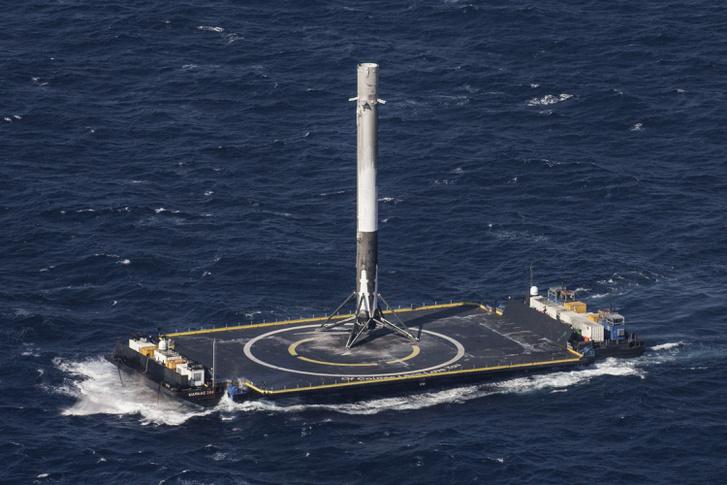 A konkurens SpaceX rakétája, miután sikerrel szállt le az Atlanti-óceánon ringatózó platformra. A Blue Origin vélhetően ugyanezzel próbálkozik majd, azonban a rakétájuk szélesebb és magasabb is lesz, vagyis jóval komolyabb feladat lesz állva tartani, már ha egyáltalán sikerül egyben letenni