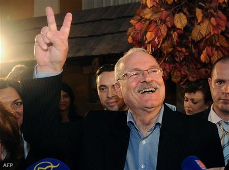 Ivan Gasparovic győzelmét ünnepli