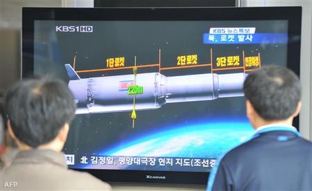 Dél-koreai tévéadást figyelnek emberek a szöuli pályaudvaron