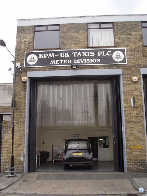 """Az első cím egy taxis céghez vitte. Egy törött, egy vizsga nélküli, egy méregdrága autó. Akár ómen is lehetett volna a projekthez e vállalat neve: """"KPM-UK"""""""