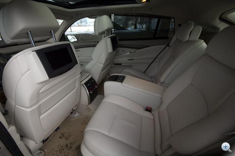 Középső ülés nincs, 9 collos LCD van, ezen lehet multimédiázni. Mindkét hátsó ülés fűthető, villanyos, és komfort, pont, mint az elsők