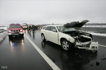 Radimir Cacic, a Horvát Néppárt (HNS) vezetőjének összetört személygépkocsija áll az M7-es autópálya 181-es kilométerénél