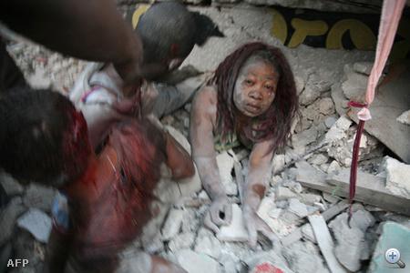 Az erős rengés középpontja a főváros közelében volt, a katasztrófában több ezren veszthették életüket. Port au Prince-ben káosz van, nincs áram és telefon, megbénult a közlekedés, megkezdődtek a fosztogatások. A mentésben a Magyar Baptista Szeretetszolgálat is részt vesz.