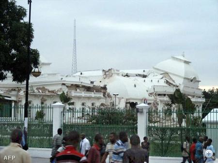 Az elnöki palota romjai. Az amerikai földtani intézet egyik szakembere szerint több mint kétszáz éve nem volt ilyen nagy erejű földrengés a térségben.  Az erőteljes rengést még a Port-au-Prince-től közel 400 kilométerre fekvő kelet-kubai Santiago városában is érezni lehetett.