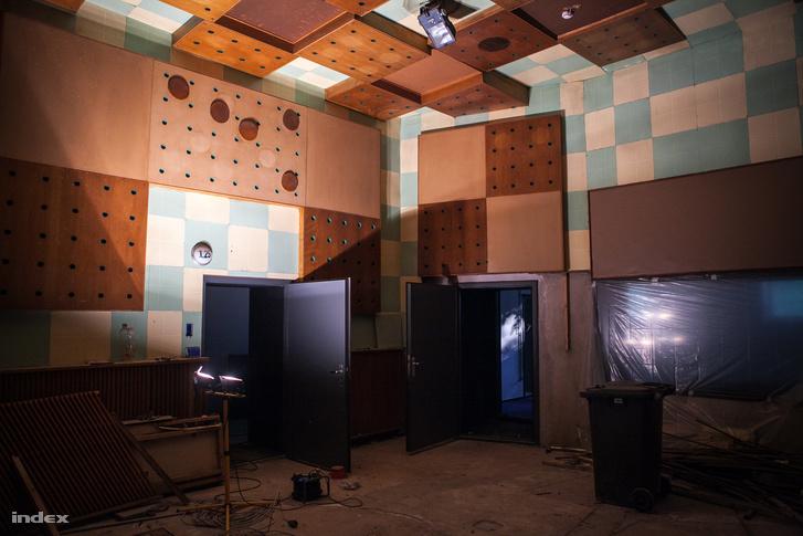 A képen látható stúdiót a 60-as években újították fel, Tarnóczy Tamás tervezte a terem akusztikáját.