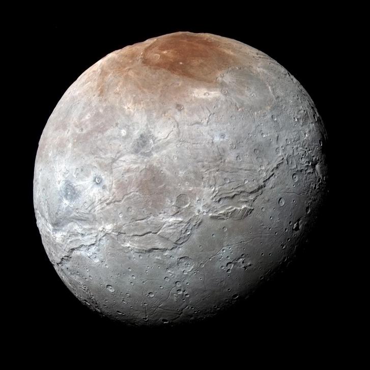A New Horizons űrszonda által készített felvétel a Plútó legnagyobb holdjáról, a Charonról