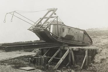 Mark 1-es tankkal kelnek át egy lövészárok felett 1917-környékén.