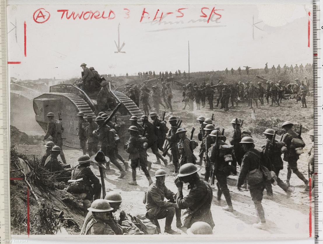 Brit Mark IV-es tank és gyalogosok a francia fronton Cambrai-nál (1917. novembere), az első olyan ütközetben, ahol tömegével vetettek be harckocsikat.