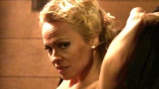 Pamela Anderson 49 évesen sem bírja vetkőzés nélkül