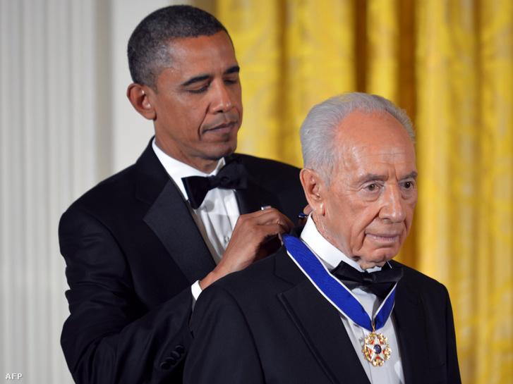 2012-ben Barack Obamától az USA legmagasabb rangú kitüntését a békéért tett szolgálataiért kapta Simón Peresz