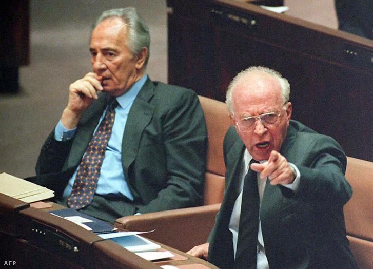 Jichák Rabín miniszterelnök és Simón Peresz külügyminiszter a Knesszetben, Jeruzsálemben, 1995. október 6-án.